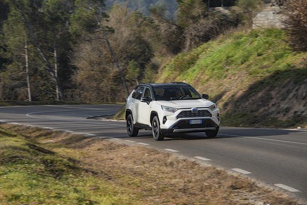 [Vidéo] Essai Toyota RAV4 Hybride : le SUV qui évolue entre héritage et innovation