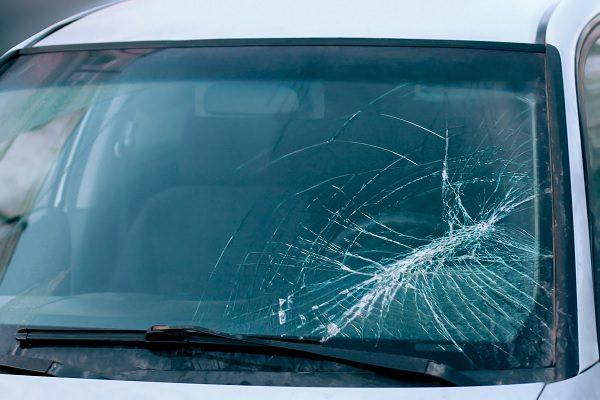 Comment casser une vitre de voiture en cas d'urgence ?