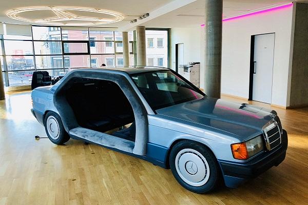 Une Mercedes 190 transformée en salle de réunion