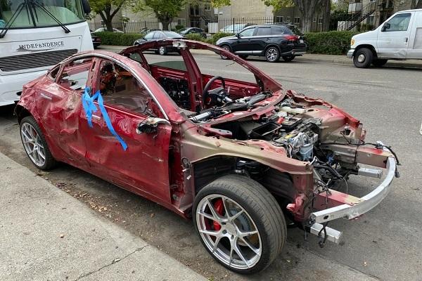 Une Tesla Model 3 accidentée vendue aux enchères plus de 14 000€