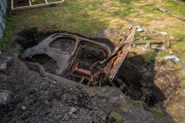 Un Anglais retrouve une Ford enterrée dans son jardin