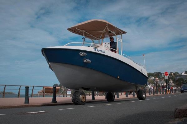 premier bateau autorise sur la route