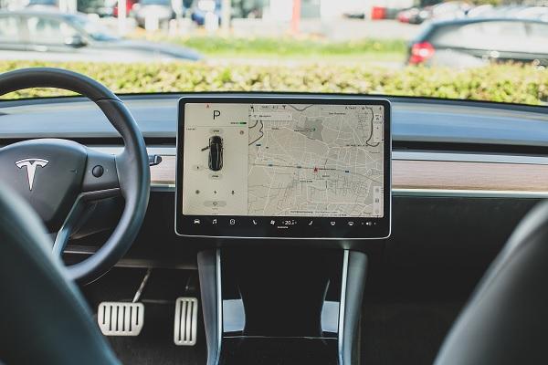 Comment nettoyer efficacement l'écran tactile de sa voiture ?