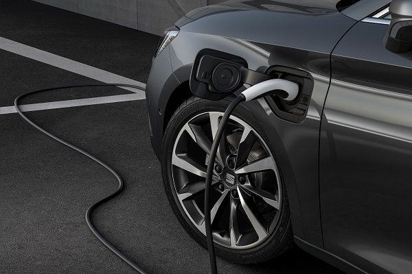 Seat Leon e-Hybrid: 204 ch et jusqu'à 60 km en tout électrique pour la compacte
