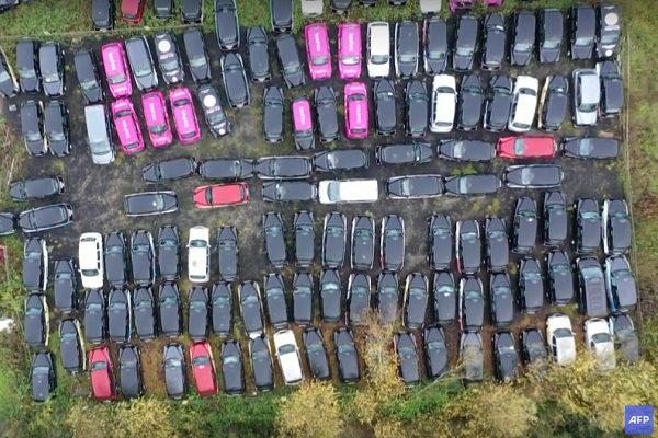 Des centaines de taxis londoniens à l'arrêt dans les champs