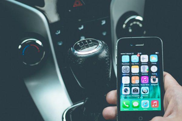 Les solutions pour connecter facilement votre smartphone à votre voiture