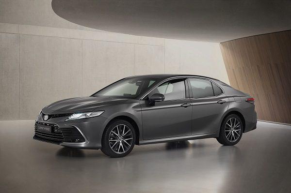 Toyota Camry hybride restylée: les prix (en hausse) débutent à 39 100 €